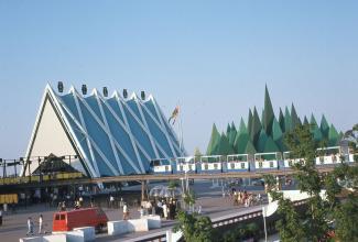 Photo couleur montrant le miniral bleu et les pavillons de l'acier et des pâtes et papiers