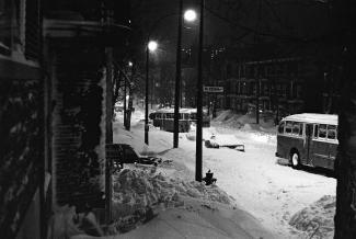 Deux autobus de la CTCUM circule dans une rue encombrée de neige