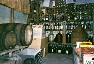 Une cave à vin remplie de bouteilles et tonneaux