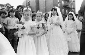 Enfants participant à la célébration du Santo Cristo en mai 1994.