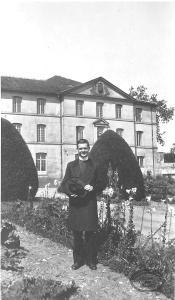 L'abbé Léger devant le Foyer de la Solitude à Issy-les-Moulineaux en France.