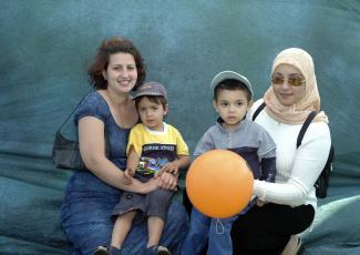 Deux femmes chacune avec un jeune enfant sur ses genoux