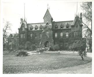 L'Académie commerciale catholique de Montréal (aussi appelée Académie du Plateau) était située au 117 rue Sainte-Catherine Ouest.