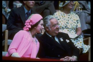 Photographie couleur de la reine (à gauche) et de Killanin (à droite).