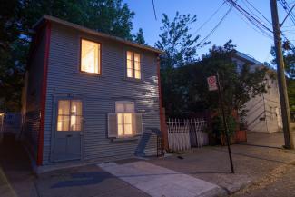 Photo prise en début de soirée d'une petite maison ancienne de Saint-Henri