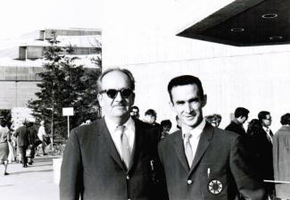 Tibor Kelemen, le père de Charles, travaille comme ingénieur à l'Expo 67. Sur cette photo, on le voit accompagné d'un collègue de travail sur le site de la Place des Nations.