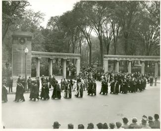 Procession de finissants passant sous le portail Roddick