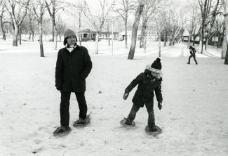 Deux frères découvrent la raquette à Montréal
