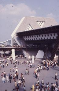 Vue sur un pavillon thématique avec la foule de visiteurs sur la place devant