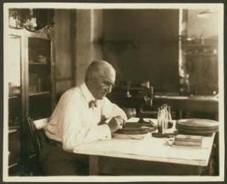 Portrait d'Émile Berliner travaillant en laboratoire