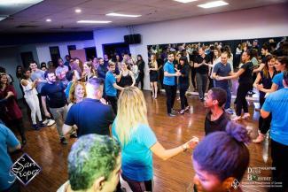 Classe de danse de salsa avec plusieurs hommes et femmes