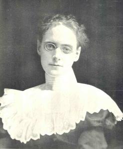 Photo en plan poitrine d'une jeune femme au début du XXe siècle