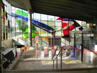 Intérieur de l'édicule de la station de métro Champ-de-Mars, avec la verrière de Marcelle Ferron.