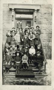 Groupe d'élèves et de professeurs devant l'école Folk Shule.