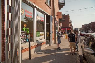 Scène de rue montrant les commerces de la Petite Amérique latine sur Bélanger