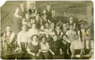Groupe de travailleurs du textile.