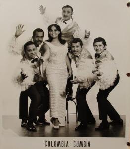 Les membres du groupes Colombio Cumbia : une femme et cinq hommes