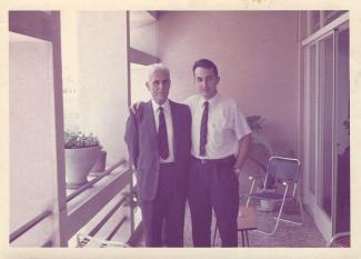 Un homme et son père sur le balcon familial