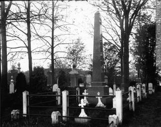 Vue du cimetière protestant du Mont-Royal vers 1905 présentant l'obélisque de la famille Howard. Le monolithe, qui sert ici de monument collectif pour la famille Howard, trône au centre de la concession; les pierres tombales entourent son piédestal quadra