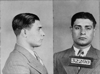 Photographie en noir et blanc en plan rapproché d'un homme vêtu d'un complet-cravate, de face et de côté.