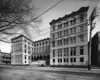 Photographie de la façade de l'Université Laval, qui forme un «U».