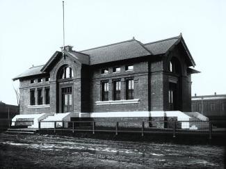 Photographie de la façade de la banque construite en briques.