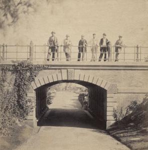 Vue de l'arche Willowdale dans Central Park sur laquelle trônent l'équipe qui a conçu le parc en question. On peut y voir Olmsted (à gauche) et Calvert Vaux (deuxième à partir de la droite).