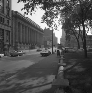 Photo noir et blanc montrant la rue Notre-Dame et l'édifice Ernest-Cormier