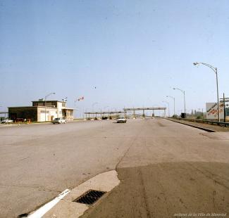 Deux voitures se dirigent vers les postes de péage à l'entrée du pont Champlain