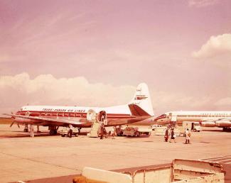 Passagers débarquant d'un appareil à hélice de la compagnie Trans-Canada Airlines.