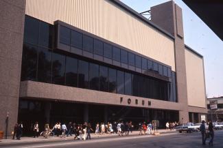 Photographie couleur de la façade du bâtiment abritant le Forum en 1971.