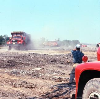 L'incessant va-et-vient des camions provenant des carrières de Montréal et de la Rive-Sud déchargeant leur lots de matériaux de remblais