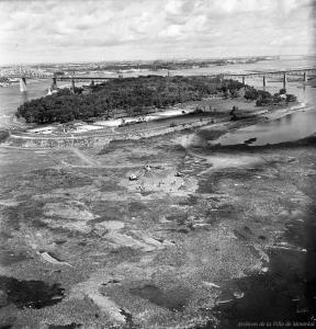 L'ancienne île Verte est creusé pour en extraire les blocs de pierre pour constituer la digue