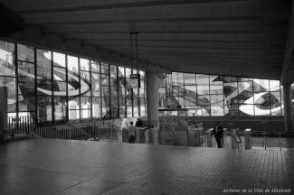 Vue intérieure de la station de métro Champ-de-Mars, photo noir et blanc.