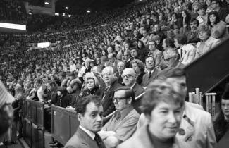 Photographie d'une foule de spectateurs. Au centre, Lord Killanin, et à sa droite, Jean Drapeau.