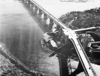 Photographie aérienne du pont chevauchant l'île Sainte-Hélène.