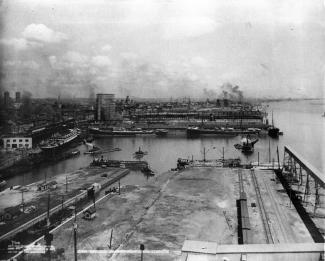 Vue du port de Montréal depuis l'ascenseur du Canadian Pacific Railway.