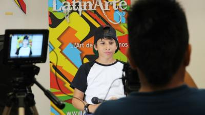 Un garçon latino-américain devant la caméra.