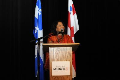Marie-Denise Douyon au micro lors du vernissage de l'exposition