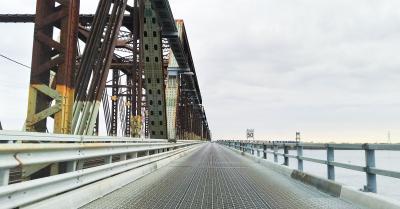 Vue d'une des voies pour automobiles du pont Victoria avec sa fameuse grille en acier.