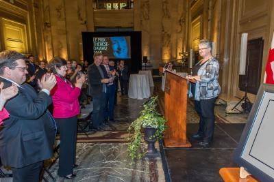 Jacynthe Ouellette reçoit le prix Thérèse-Daviau dans le hall d'honneur de l'hôtel de ville