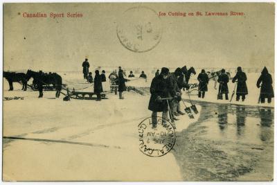 Hommes coupant la glace sur le fleuve glacé