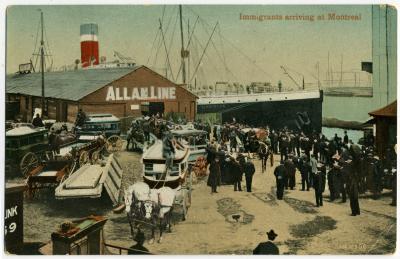 Carte postale montrant des immigrants arrivant par bateau dans le port de Montréal au début du XXe siècle