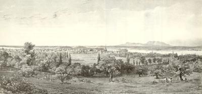 Vue de la ville prise de la montagne avec, au premier plan, une récolte dans des vergers, et à l'arrière-plan, au loin, la ville.