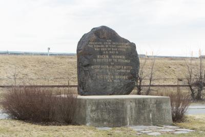 Monument en l'honneur des victimes du typhus. Il s'agit d'une immense pierre à l'entrée du pont Victoria.
