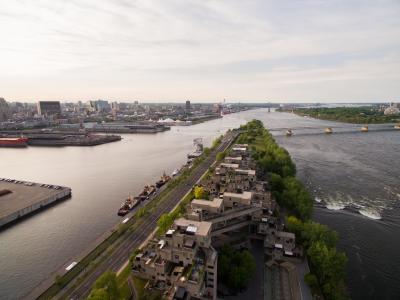 Vue aérienne de la Cité du Havre, avec Habitat 67 au premier plan, et la ville en arrière-plan.