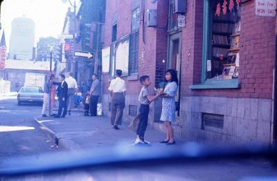 Scène de rue dans le Quartier chinois en 1966.