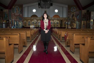 Barbara Hasiotis posant dans une église
