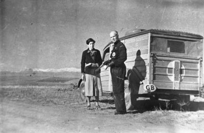 Photo en noir et blanc d'un médecin et d'une infirmière devant une camionnette.