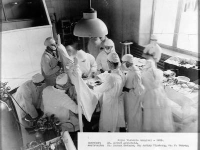 Photo en noir et blanc d'un médecin et ses assistants dans une salle d'opération